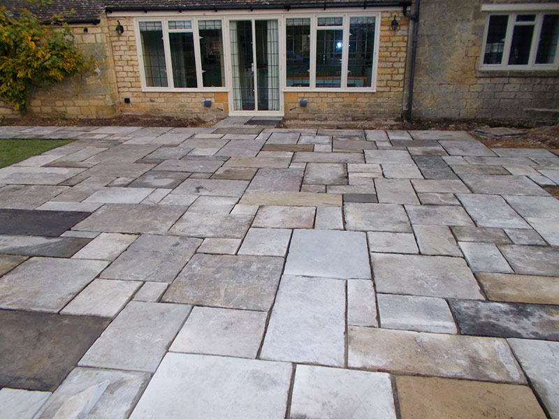 Reclaimed York Paving patio by Dan Groves Contracting