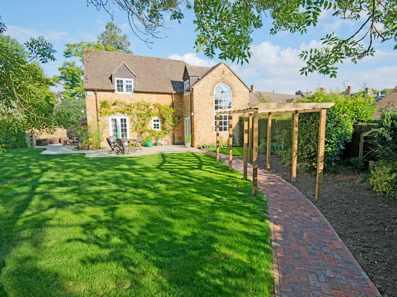 Landscaped garden with brick paving – Kingham